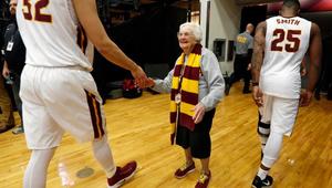 98 éves apáca az amerikai sportok legnagyobb sztárja