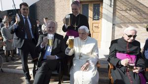 Sörrel ünnepelt Benedek pápa