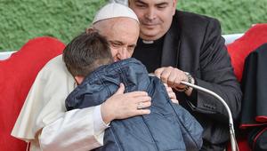 Ezt súgta a könnyeivel küzdő kisfiú Ferenc pápának