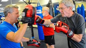 Mit csinál több tucat nyugdíjas a boxklubban?