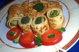 Zöldfűszeres-tejszínes csirkecomb csíkok, brokkolival töltött sós palacsintával