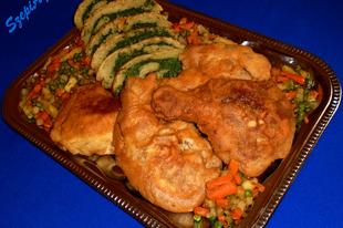 Sörtésztában sült csirkecombok parajos burgonya tekerccsel és sült zöldséggel