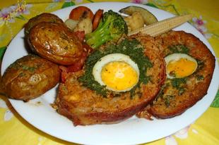 Baconbe tekert parajos-tojásos vagdalt, héjában sült újburgonyával és zöldségsalátával