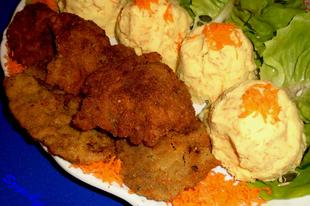 Ízesített rántott sertésmáj sárgarépás burgonyapürével, fejes salátával