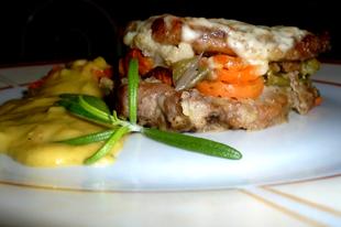 Tepsis sertés hús zöldségekkel és zöldségszósszal
