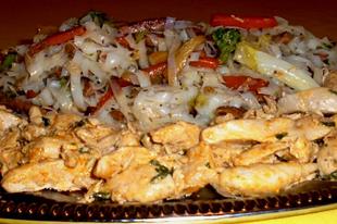 Tejszínes-rozmaringos csirkemell, sonkás- pirított zöldséges üvegtészta körettel