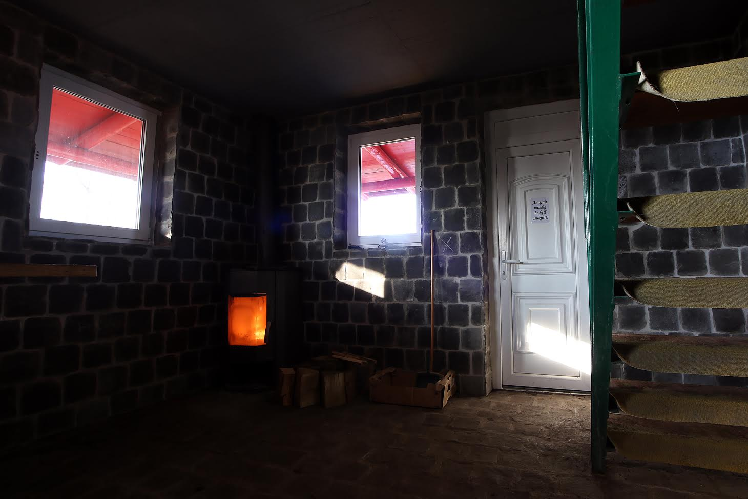 Halkan duruzsol a kályha, tűzifa mindig bekészítve