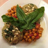 Csicseriborsó pörkölt spenótos quinoa-rizottóval, fenyőmaggal