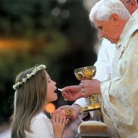AZ OLTÁR TITKA 41. Vatikáni példa a kézbe-áldozás ellen