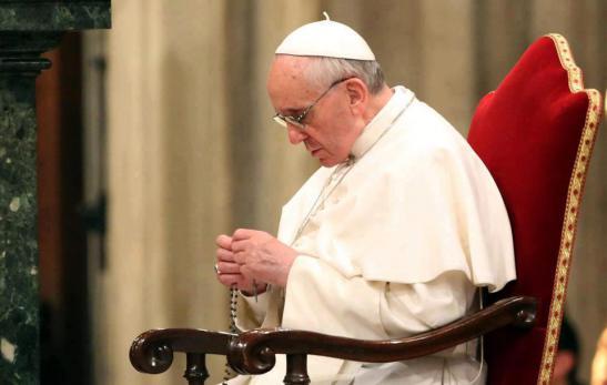 67-papa-francisco-reza-el-rosario.jpg