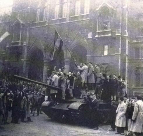 56.okt 25. békés tömeg barátkozik a szovjet tankokkal.JPG