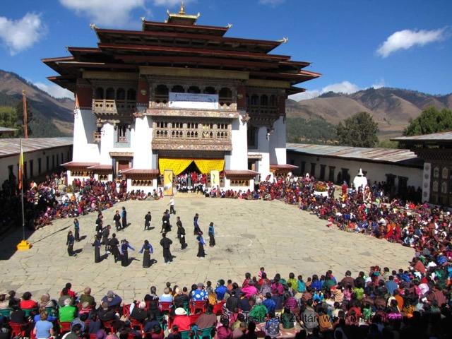 a-kormosfeju-tibeti-darvak-fesztivalja-a-gangtey-kolostor-udvaran_-phobjika-volgy_-2014060_fc6zmh.jpeg