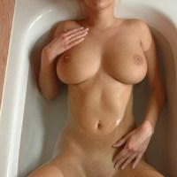 Kádban testét áztató szexi csajszi