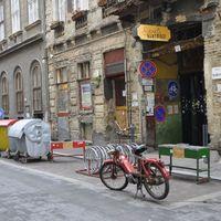 Spanyolviasz: Motorokkal foglal parkolóhelyet az OTP