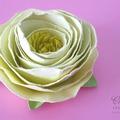Gyönyörű virágok filcanyagból és papírból