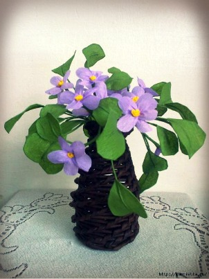 DIY-Newspaper-Tube-Vase-and-Violets.jpg