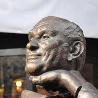 Letörték Hofi Géza szobrának a fejét