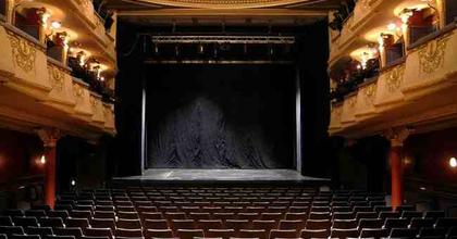 Fodrászt és színpadi díszítőt keres az Újszínház