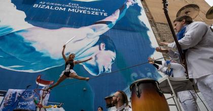 Tűzfalfestmény emlékezik meg a 250 éves cirkuszművészetről