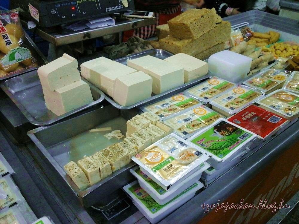 Középen pácolódó büdös tofu, azaz chou doufu (臭豆腐), egy jellegzetesen erős szagot árasztó  fermentált tofuféle, amit többnyire olajban kisütve , fűszerezve árusítanak az utcákon