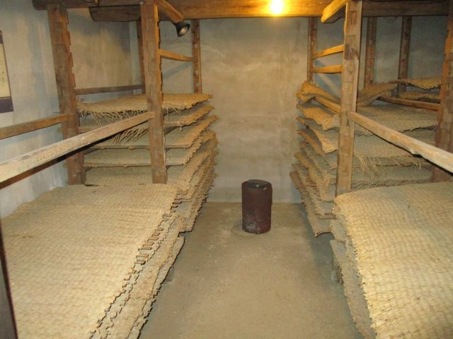 egy hagyományos sódosimai érlelőkamra, a csak itt használt musiro szalmaszőnyegekkel máshol fatálakon érlelték a a kódzsit.