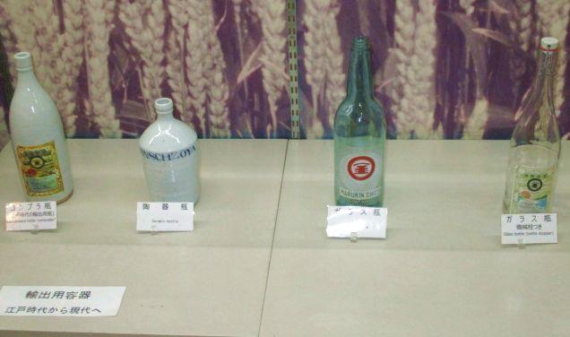 A kezdetben drága porcelán palackozást idővel felváltotta az üveg