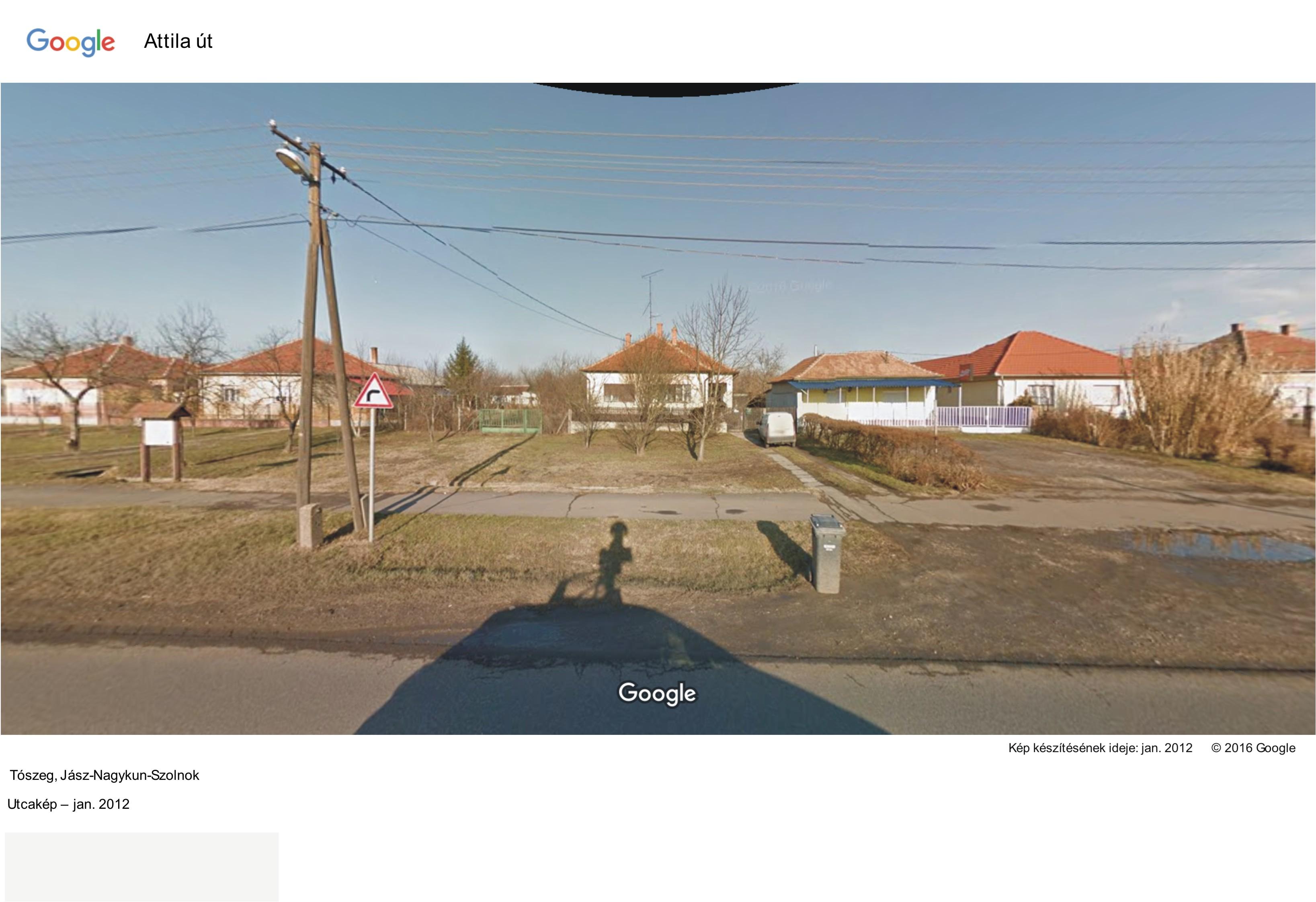A házak mögött van a Laposhalom csonkja, jobbról a bezárt Kucorgó kocsma