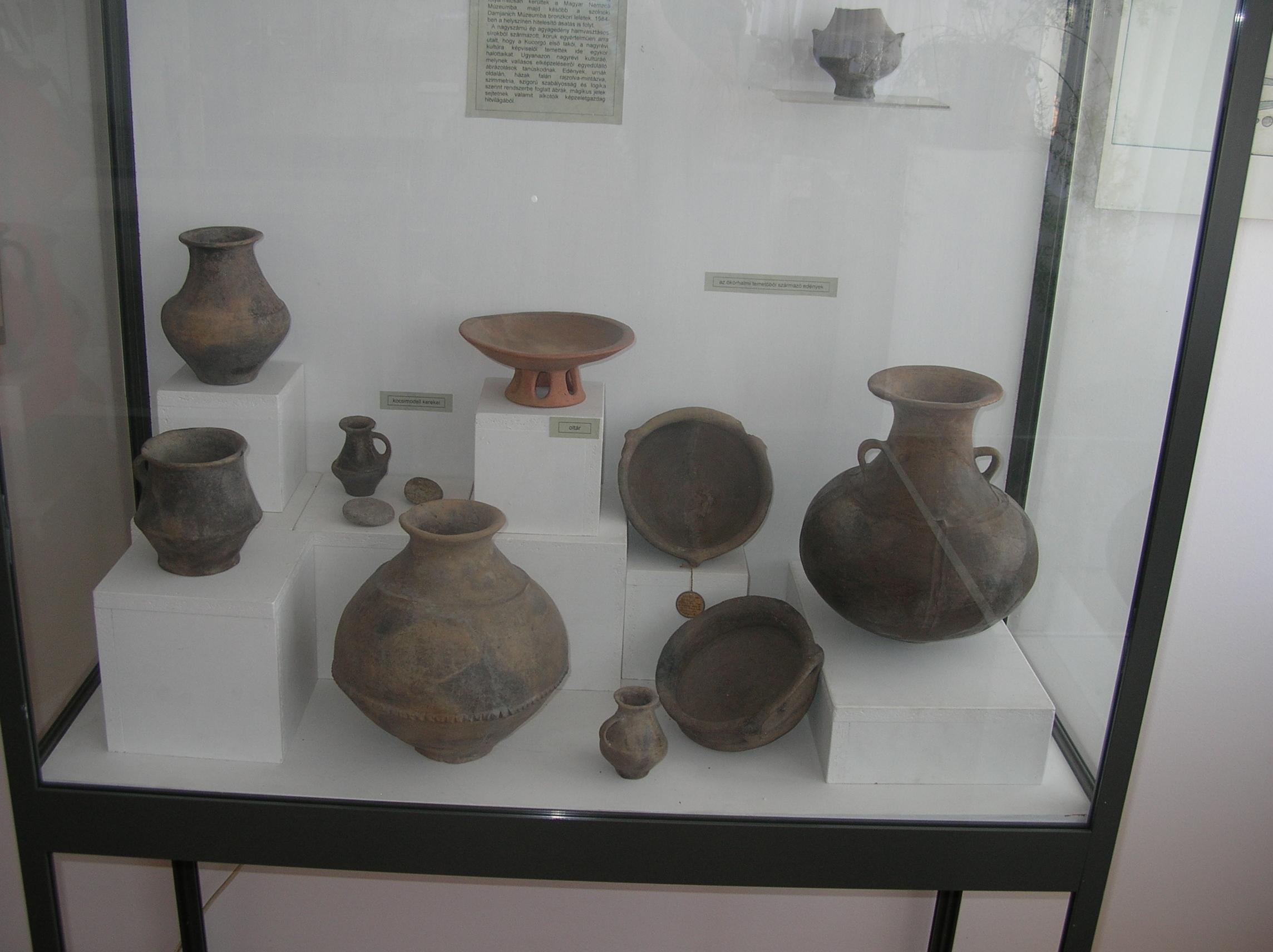 Laposhalom temetőjéből származó edények a helytörténeti múzeumban