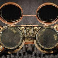 Dr. Leslie Aromo - második goggle