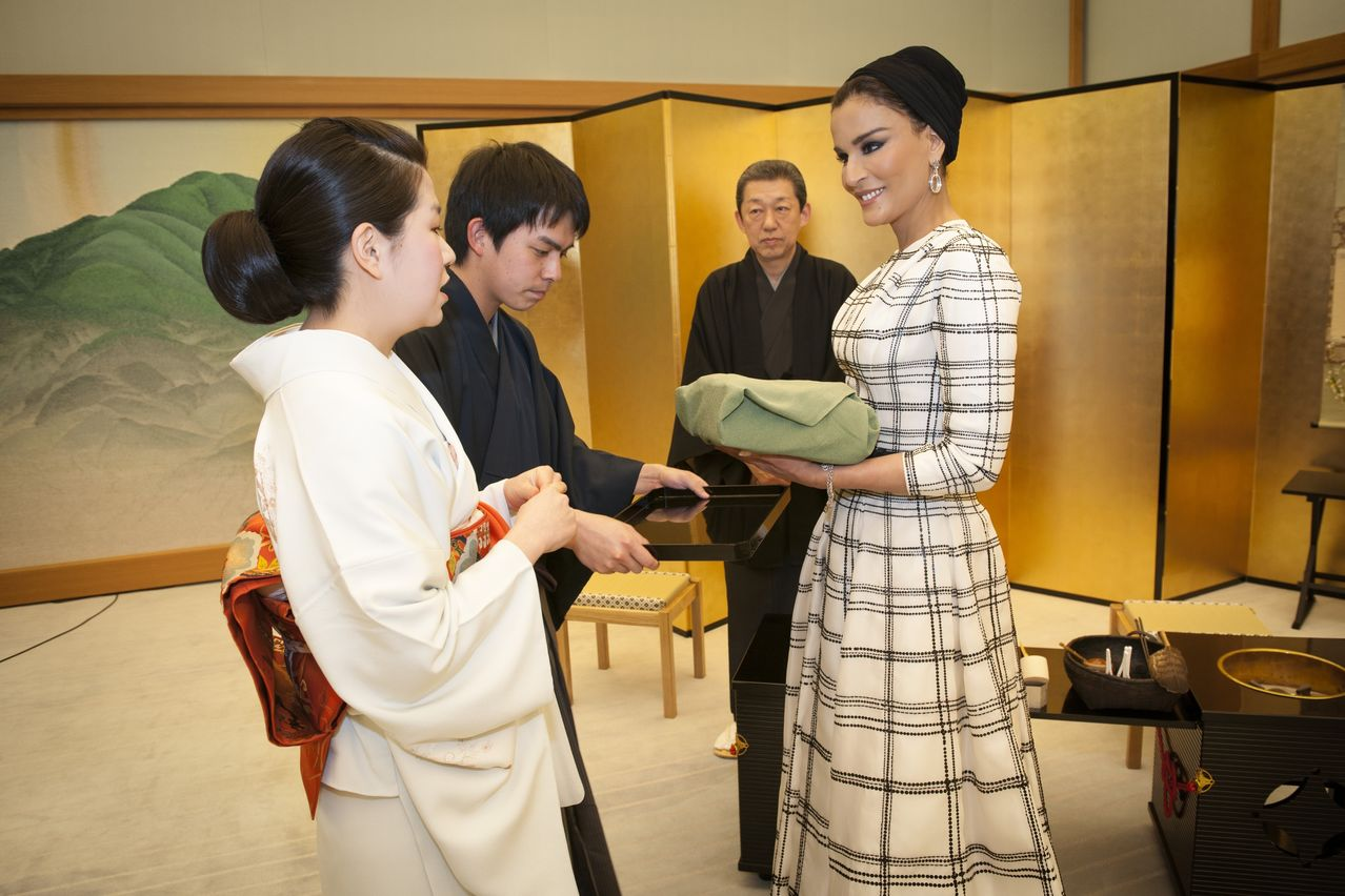 her-highness-sheikha-moza-bint-nasser-is-introduced-to-a-traditional-japanese-tea-ceremony-at-the-kyoto-state-guest-house_-17-1.jpg