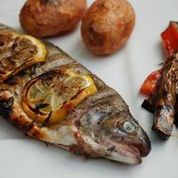Grillezett pisztráng, marinált zöldségekkel