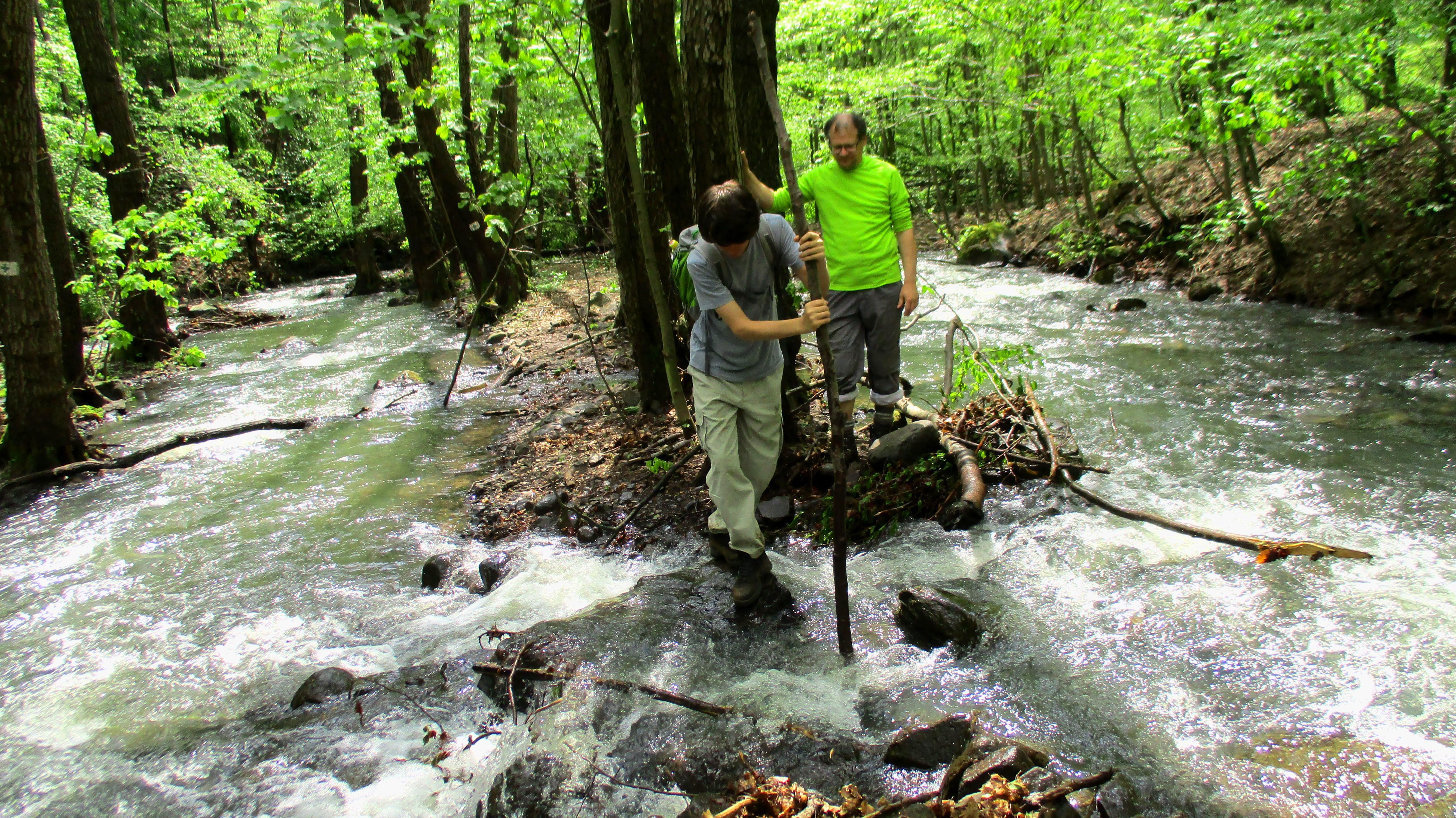 Hömpölygő víz és áradó patakok a magyar hegységek legmagasabbikán