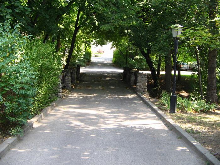 Tata: Az angolkert bejárata