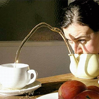 Milyen vicces dolgot lehet csinálni egy teáskancsóval?
