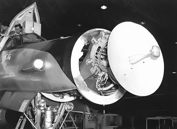 o-radar-hughes-asg-18-ja-instalado-no-nariz-do-snoopy-i-hughes-aircraft-600x438.jpg