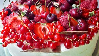 Fehércsoki mousse torta eperzselével és bogyós gyümölcsökkel