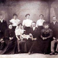 Egy Brader családi tabló és egy esküvő képei