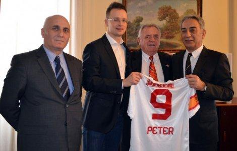 adnan-polat_-macaristan-dis-ekonomik-devlet-sekreteri-peter-szijjartoya-galatasaray-formasi-hediye-etti-iha-20130308aw001002-3-t.jpg