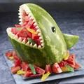 Kínáljuk a gyümölcssalátát cápaformájú dinnyehéjban!
