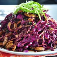 Igazán egyszerű, szép, színes lilakáposzta saláta pekándióval