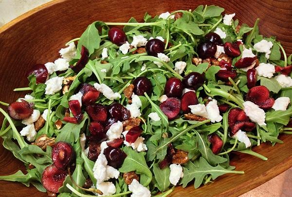 Cseresznyés, kecskesajtos rukkola vagy pitypang saláta