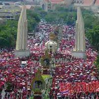 Konténereket hajigáltak a tüntetők