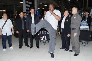 Riddick Bowe rögtön padlót fogott a thai bokszban
