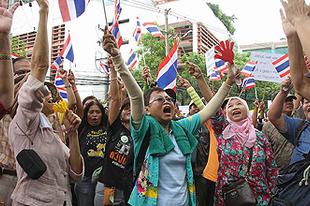 Kambodzsával háborúznának a sárga ingesek