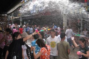 A nagy utcai wet-shirt parádé