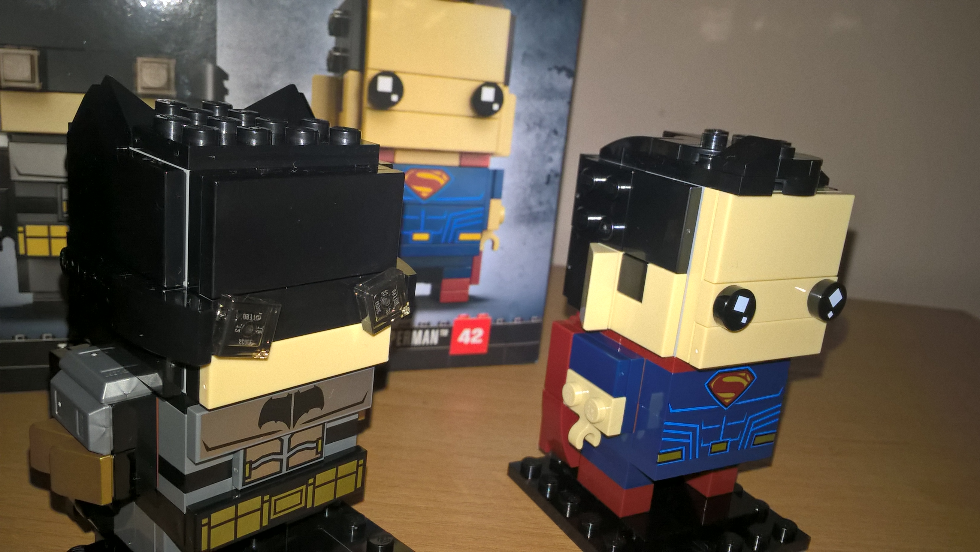 Batman és Superman kockafejek formájában