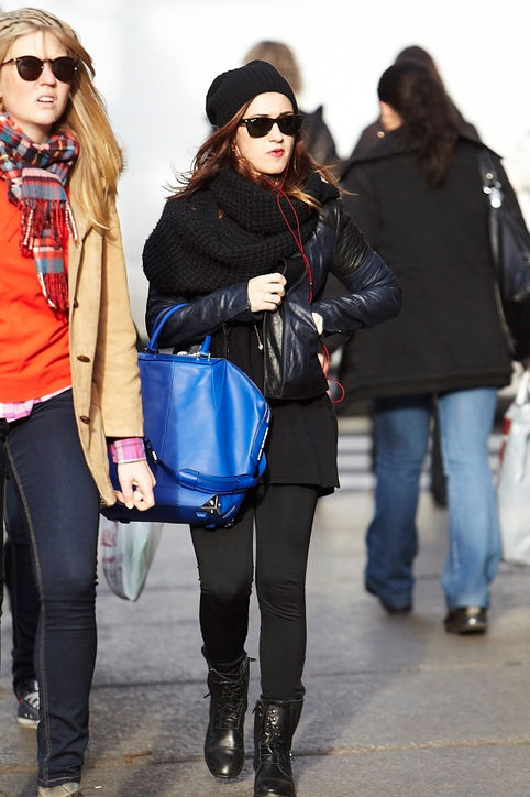 black-outfit-bright-blue-bag-h724.jpg