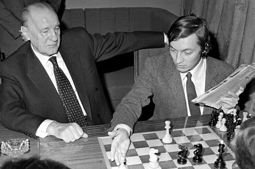 kadar_sakkozik.jpg