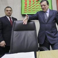 423. Mit írt alá Orbán Viktor?
