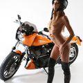 Clover narancssárga Harleyvel pózol